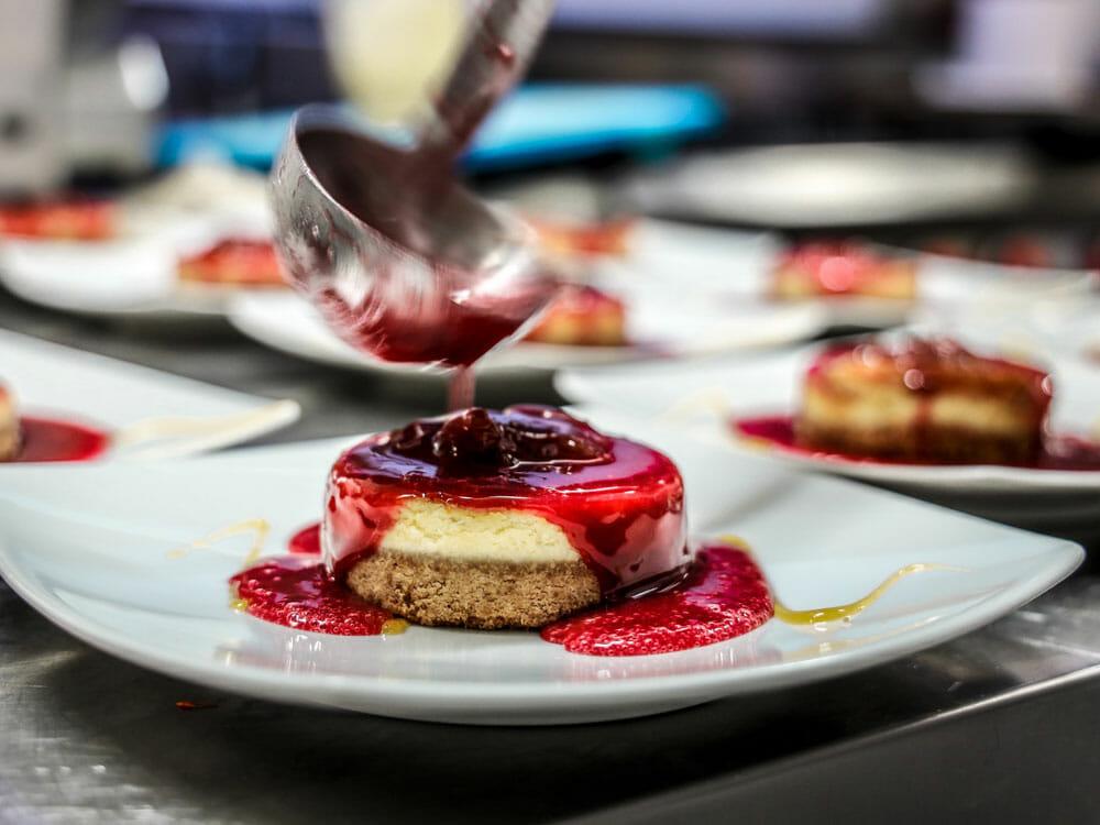 Dessert mit Erdbeerkonfitüre