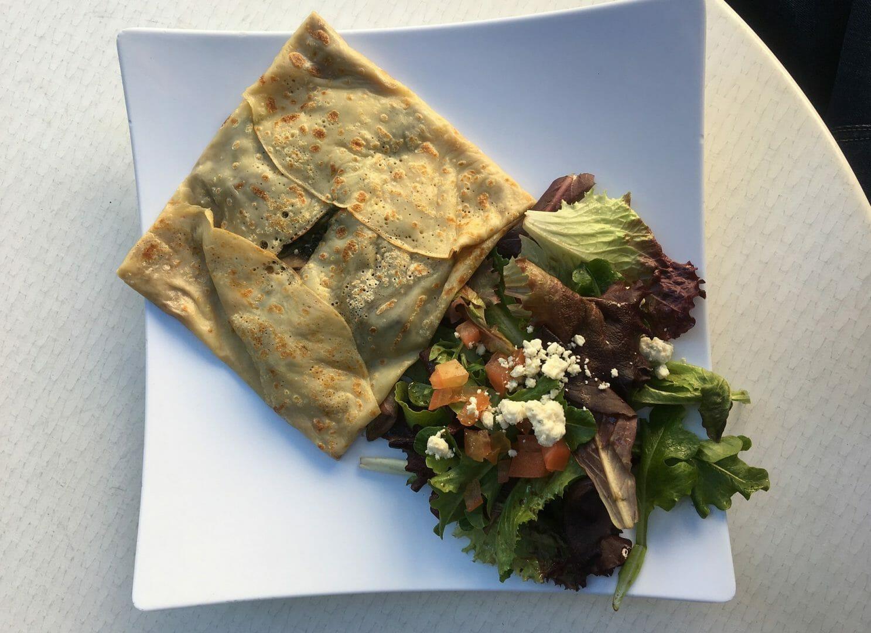 Glutenfreie, herzhafte Buchweizen Pfannkuchen mit Salat