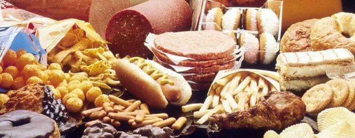 Glutenhaltige Lebensmittel: Wurst, Pommes, Brot, Gebäck, Schokolade