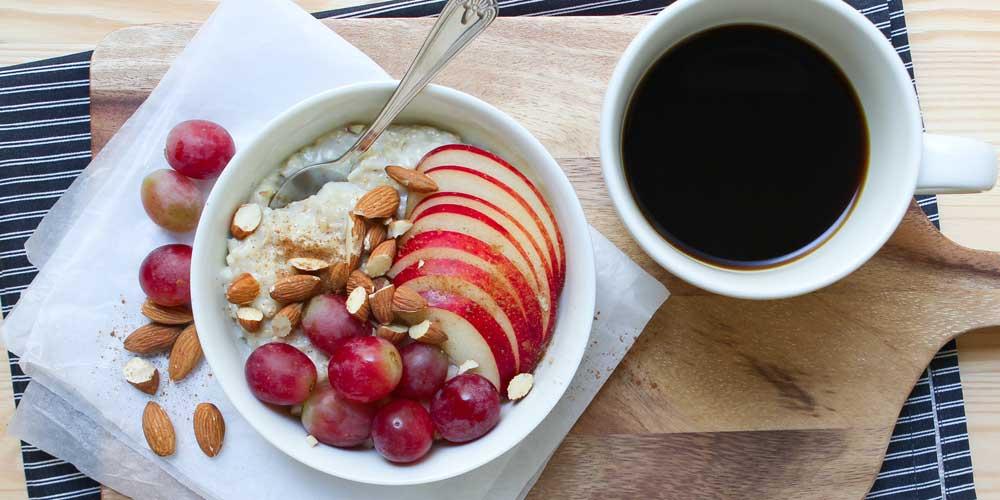 Overnight Oats: Haferflocken mit Trauben und frischen Äpfeln
